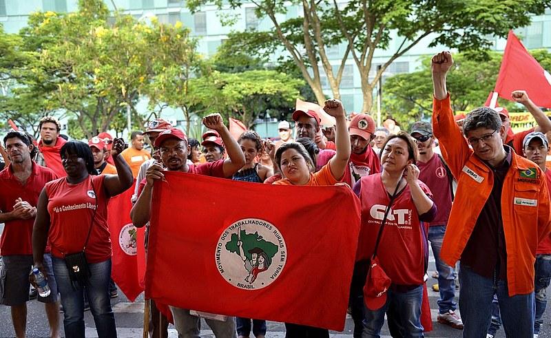 Manifestantes do Movimento dos Trabalhadores Rurais Sem Terra