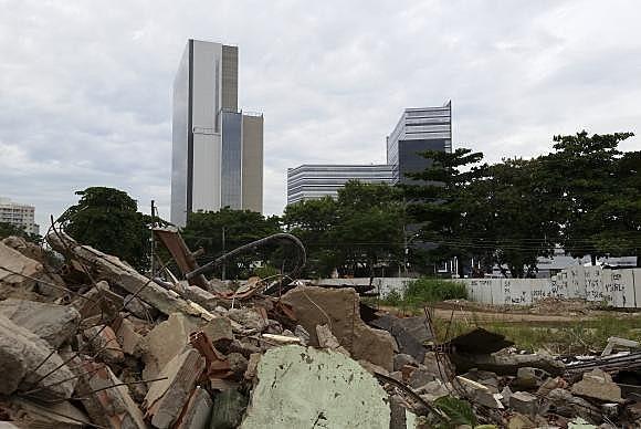 Rio de Janeiro - Escombros da Vila Autódromo e o Parque Olímpico ao fundo