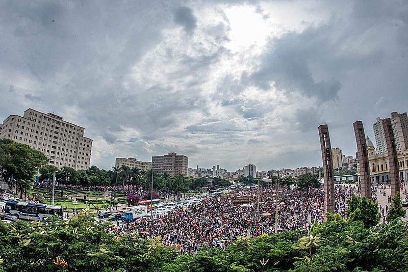 Manifestantes reunidos na Praça da Estação, Centro da capital