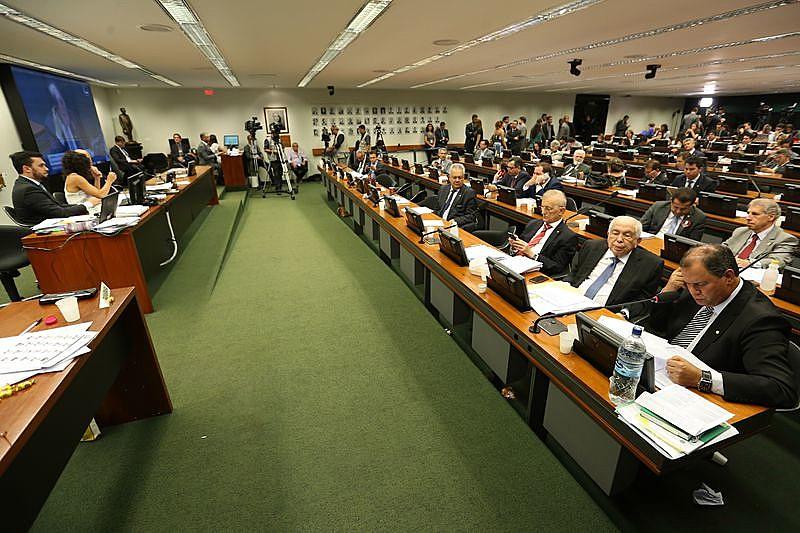 Proposta enfrentou resistência da oposição e de parte dos parlamentares da própria base aliada