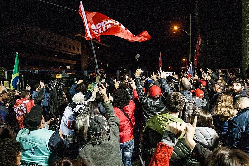 Militantes se reuniram na Vigília Lula Livre para acompanhar apuração dos votos das eleições estaduais e nacional