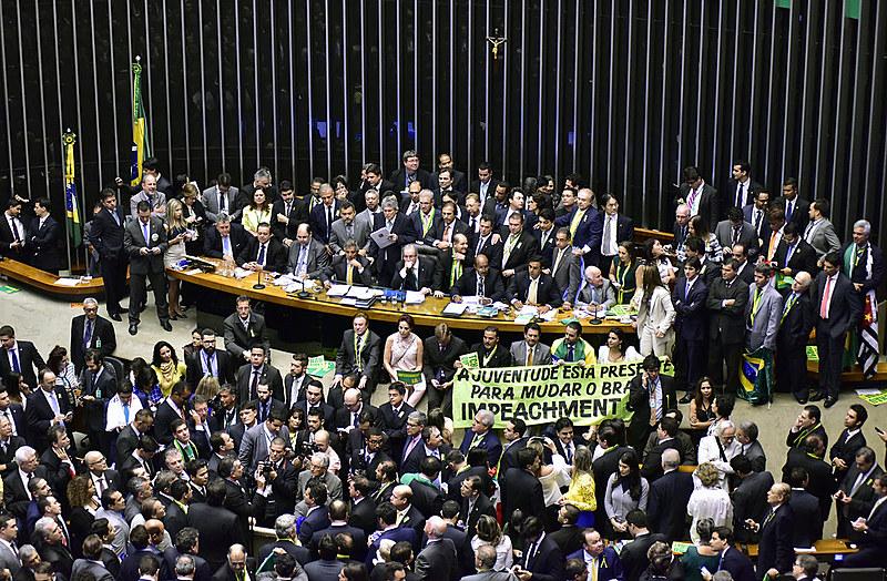 Com 367 votos a favor, 137 contra, sete abstenções e duas ausências, a instauração do processo de impeachment foi aprovada na Câmara dos Deputados