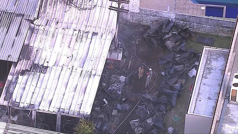 Vítimas fatais e causas do incêndio ainda não foram identificadas; moradores ouviram uma explosão na madrugada desta sexta-feira (8)