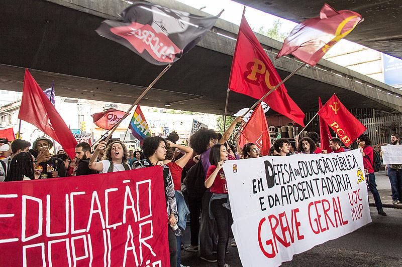 Depois de reunir milhões nas ruas do Brasil no dia 15, estudantes chamam novos protestos contra as ofensivas do governo federal