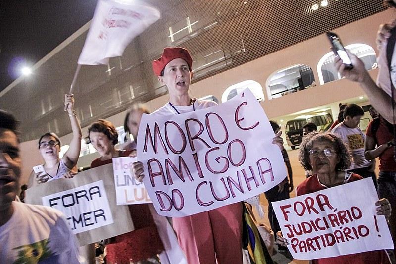 Manifestantes reunidos no entorno do Museu Nacional, em Brasília; ação faz parte do dia nacional de mobilizações