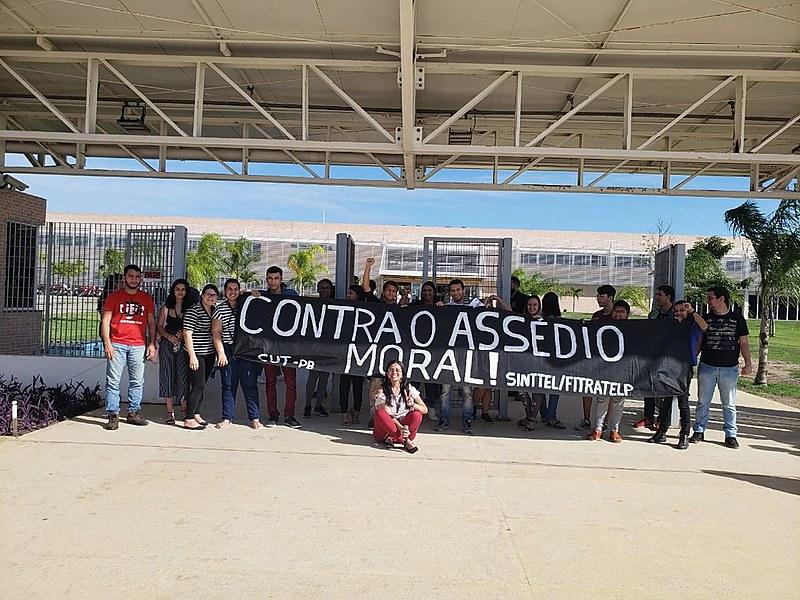 Protesto dos atendentes de telemarketing denuncia a precarização e o adoecimento a que estão submetidos os 1300 funcionários da Contax