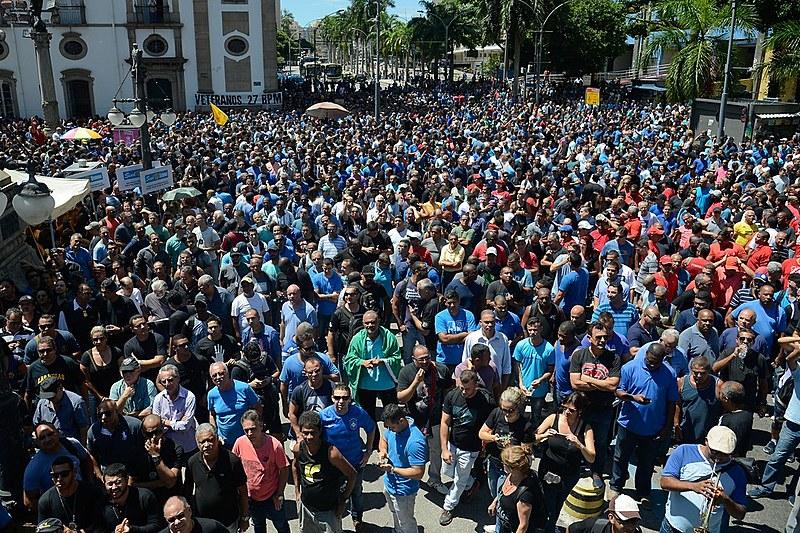 Manifestantes protestam contra o pacote que prevê o desconto de até 30% dos salários