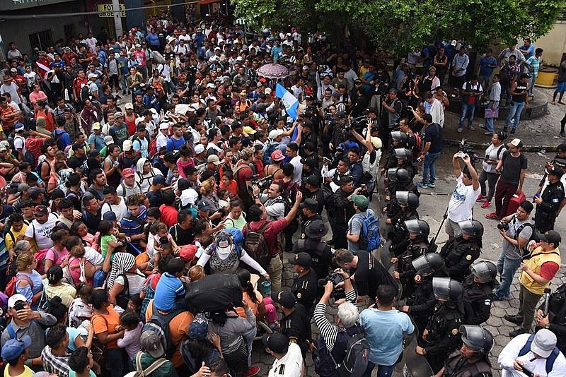 Polícia da Guatemala impede passagem de migrantes de Honduras pela fronteira com o México no dia 19 de outubro