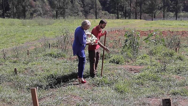 Coveiro mostra à Vera Marchioro, mãe de Luiz, onde seu filho estaria enterrado no Cemitério de Perus