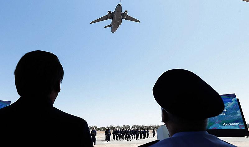 Jair Bolsonaro recebe as honras militares na Cerimônia de Recebimento da Aeronave KC-390 pela Força Aérea Brasileira