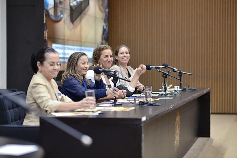 Câmara dos Deputados sediou seminário que debateu crise econômica com especialistas e parlamentares