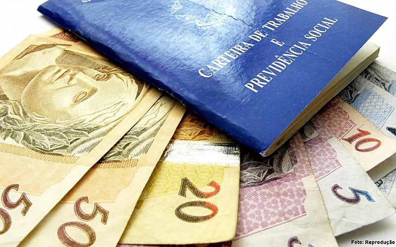 O 13º salário é pago a aproximadamente 83 milhões de brasileiros e injetou na economiaR$ 200 bilhões em 2017