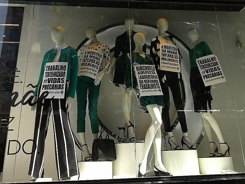 Manifestantes penduram cartazes de protesto em manequins da loja Riachuelo, cujo dono apoiou o golpe contra Dilma Rousseff