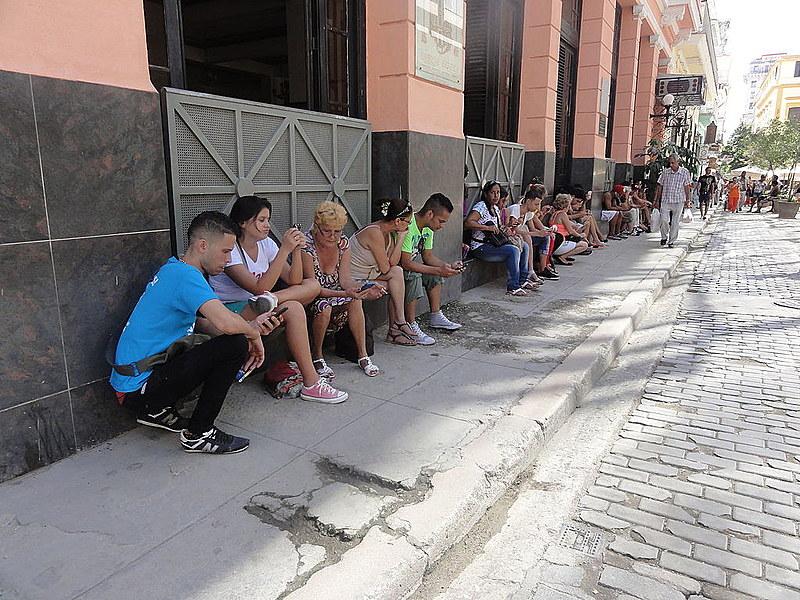 """Cubanos usam hotspot de Wi-fi em Havana; EUA dizem querer """"ampliar acesso"""" à internet na ilha"""