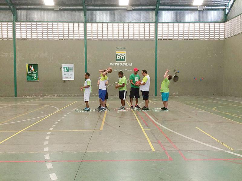 Profissionais da educação física e estagiários fazem o acompanhamento diário dos alunos