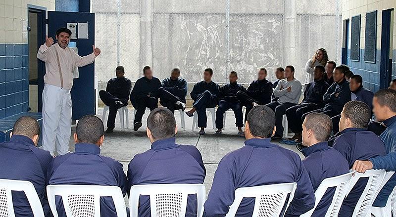 O ator Zé Bocca diante dos internos