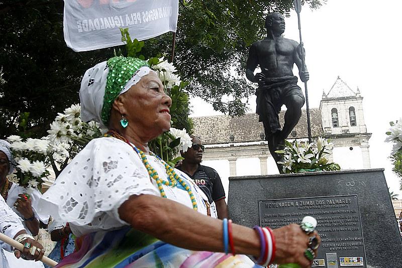 Lavagem da Estátua de Zumbi dos Palmares marca o 20 de novembro na Praça da Sé, no Pelourinho em Salvador.