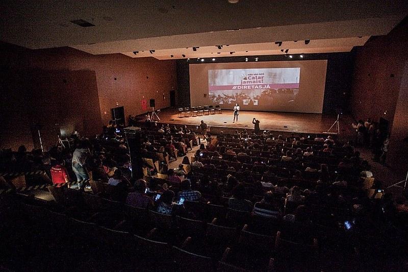 Pedro Alem, aluno de comunicação na UnB e um dos criadores do projeto de hip-hop da Universidade, fez uma intervenção em defesa da liberdade