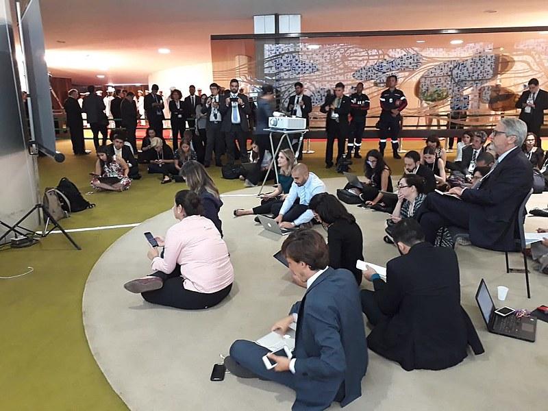 Jornalistas acompanhando transmissão de solenidade da posse presidencial no Salão Verde da Câmara, do lado de fora do plenário