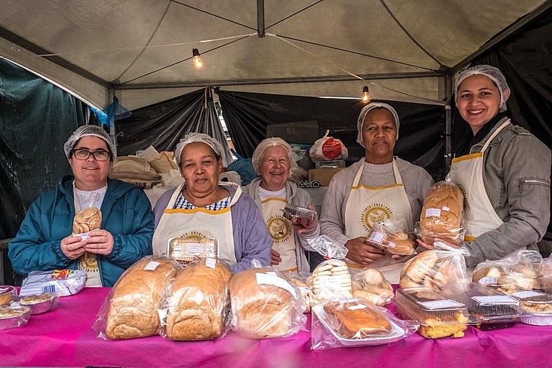 A Associação das Padarias e Cozinhas Comunitárias também tem um espaço na feira, onde são comercializados pães, bolos, doces e salgados