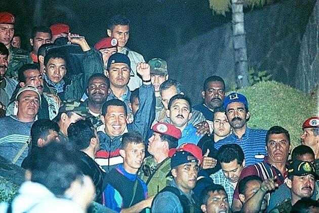 Chávez é carregado por apoiadores em sua volta ao Palácio Miraflores, em Caracas