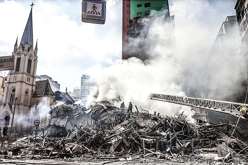 Prédio de 24 andares desabou após incêndio no Largo do Paissandu em São Paulo