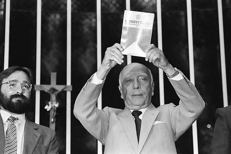 Ulysses Guimarães na sessão histórica de promulgação da Constituição de 1988