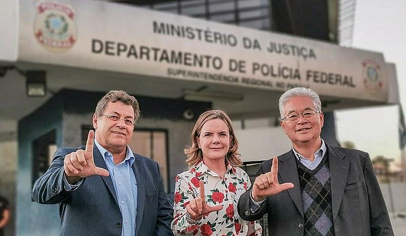 Emídio de Souza (esq.), Gleisi Hoffmann e Paulo Okamotto (dir.)