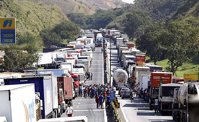 Governo teme nova paralisação e cede às demandas dos caminhoneiros