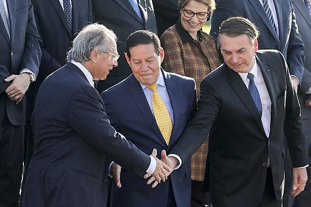 """""""Brasil está lejos de salir de la recesión"""", analiza el economista Paulo Nogueira Batista Júnior/ Foto: Sergio Lima / AFP"""