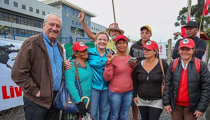 A Vigília Lula Livre resiste há 196 dias em frente à Polícia Federal, onde Lula é mantido preso sem provas