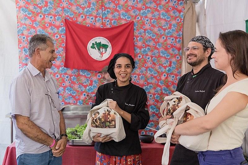 Tainá Marajoara e Carlos Ruffeil (centro) visitaram a terceira edição da Feira Nacional da Reforma Agrária