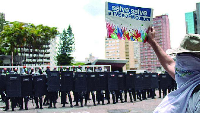 Servidores públicos enfrentaram a violência da Brigada Militar para tentar impedir a extinção das fundações gaúchas