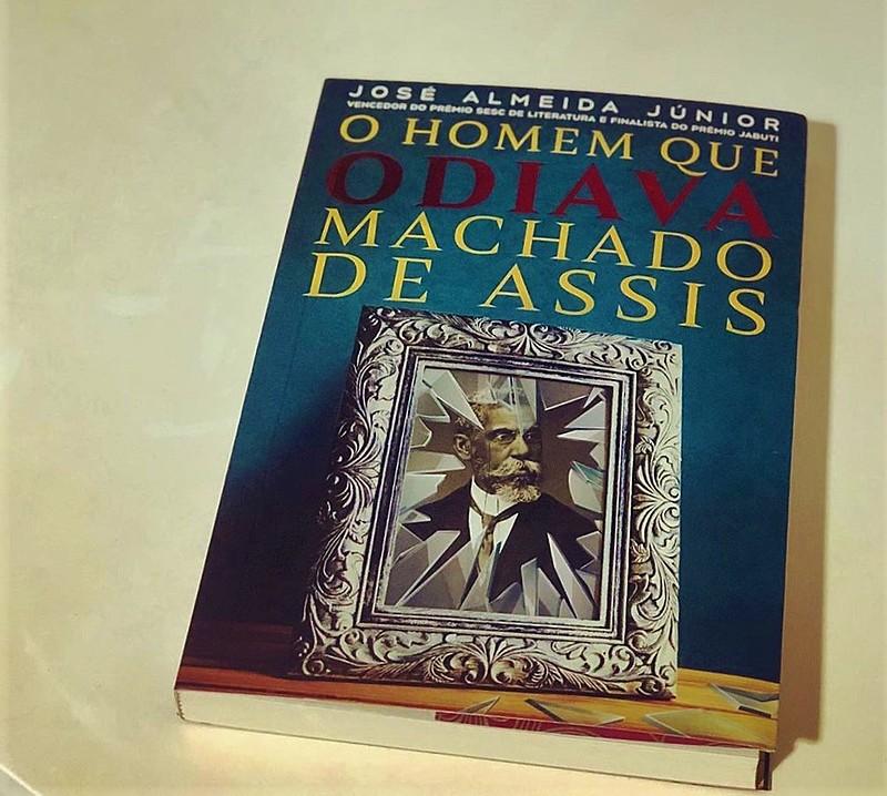 """O livro """" O homem que odiava Machado de Assis"""", de José Almeida é o primeiro romance histórico a ter na capa, a imagem restaurada de Machado"""