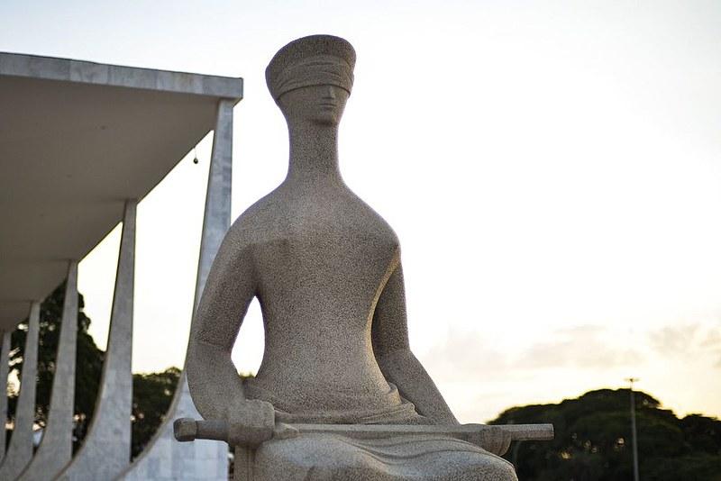 Estátua A Justiça, de Alfredo Ceschiatti, na praça dos três poderes