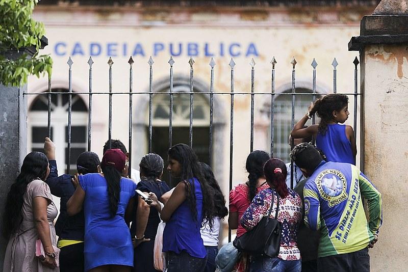Após chacina em Manaus, parentes de presos aguardam notícias em frente a cadeia Pública Raimundo Vidal Pessoa