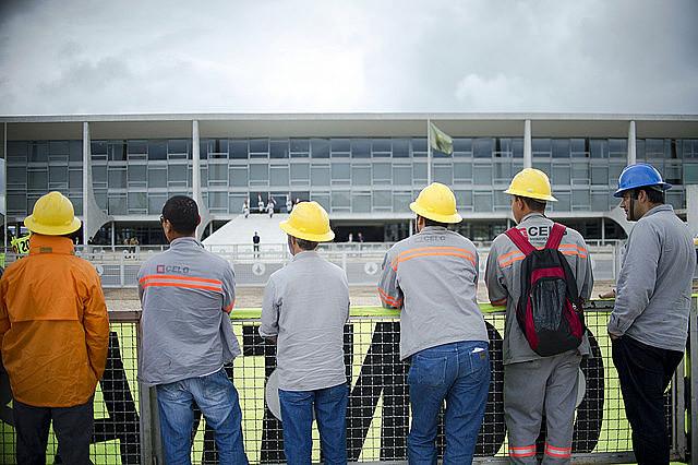 Trabajadores eléctricos frente al Palacio do Planalto el día de protestas contra la privatización