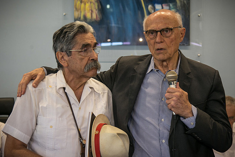 Eduardo Suplicy e Olívio Dutra cantaram a participaram de debate sobre a renda básica no Memorial da Assembleia Legislativa, em Porto Alegre