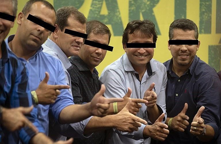 Integrantes do PSL, partido de Bolsonaro, imitam o gesto característico do candidato