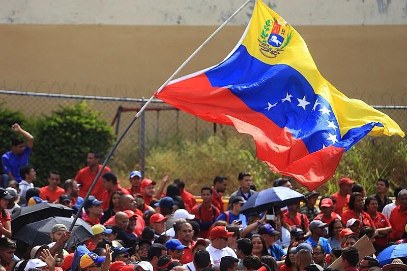 De um lado o chavismo e do outro a extrema-direita que tenta chegar ao poder com um golpe