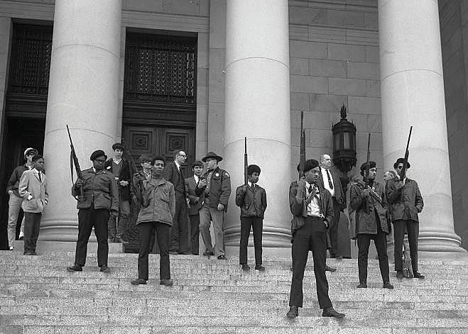 Panteras Negras na assembleia estadual em Sacramento, Califórnia, protestam contra projeto de lei para proibir porte de armas