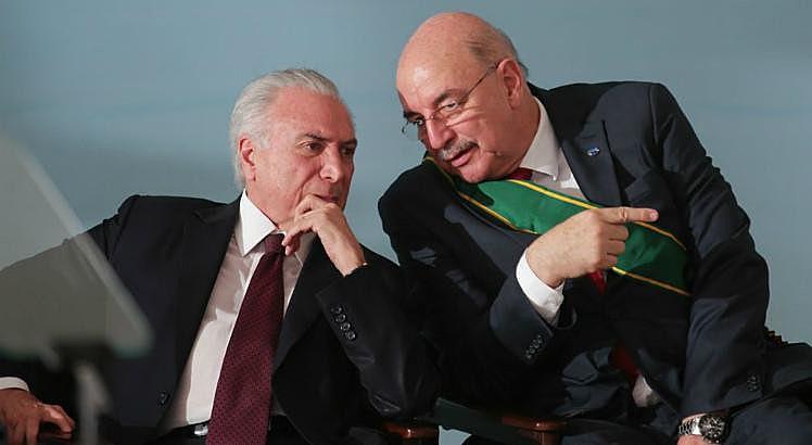 Osmar Terra (esq.) cortou recursos do Bolsa Família como ministro de Temer (esq.)