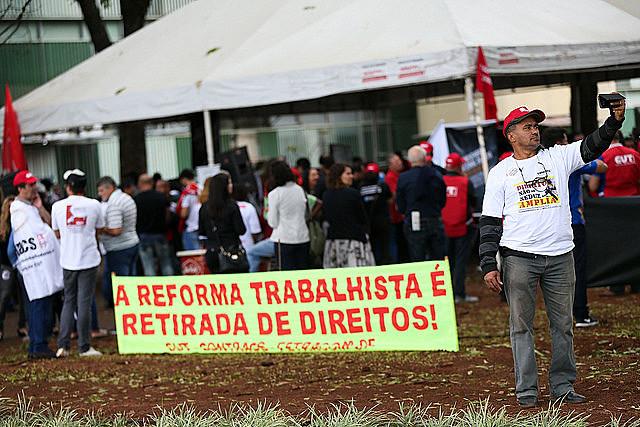 O espírito da reforma (anti) trabalhista é, em essência, reduzir as garantias do Estado e dos sindicatos à classe trabalhadora