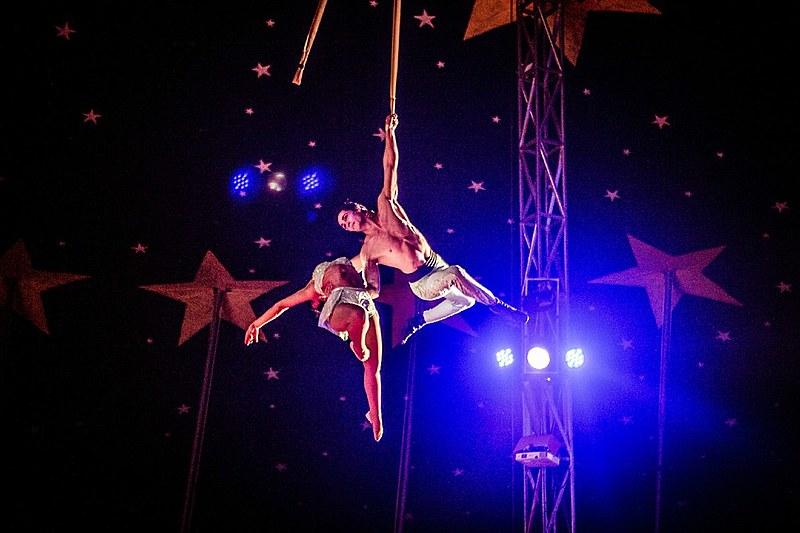 A estrutura faz parte do Circo Paranaense Zanchettini, que está na estrada há mais de 80 anos e coloca a quinta geração no palco e na organização dos espetáculos.