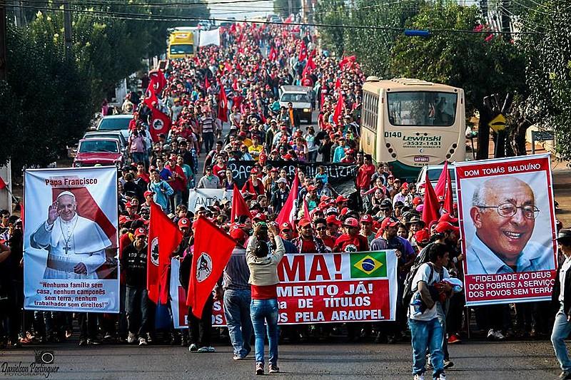 Em Quedas do Iguaçu, região central do Paraná, área de conflito agrário gera tensão entre trabalhadores organizados pelo MST e a empresa madeireira Araupel. Movimento é criminalizado pela empresa e por meios de comunicação locais