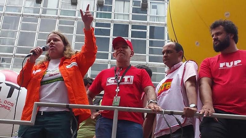 Trabalhadores da Petrobras questionam política de preços da estatal e entrega da empresa a multinacionais estrangeiras