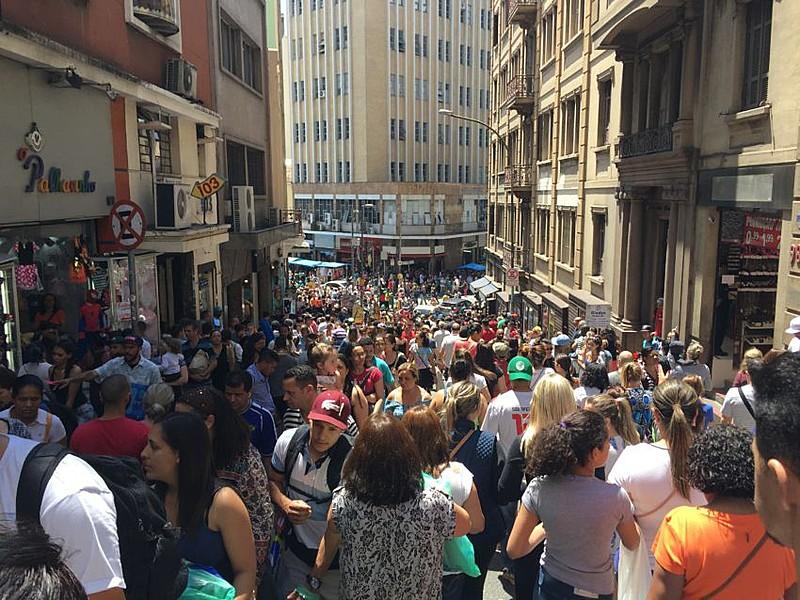 Movimento na Rua 25 de março, região central da cidade de São Paulo