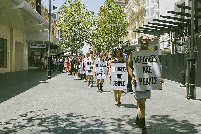 Manifestantes fazem ato em Perth, na Austrália, contra a política de detenção de refugiados do país