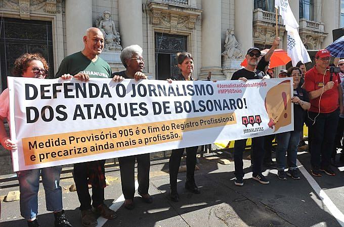 Representantes do Sindjors em defesa da profissão durante ato dos servidores públicos do RS