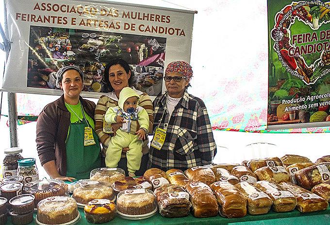 Representantes da associação de mulheres de Candiota comercializaram seus produtos na Feicoop e EcoSol